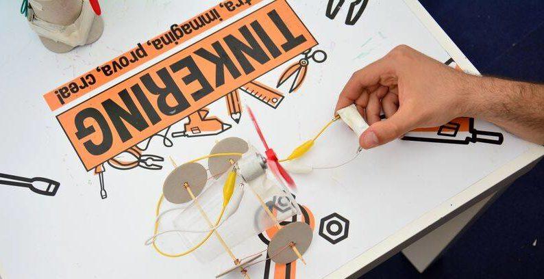 Tinkering auto robot Pleiadi Science Farmer Educazione STEAM STEM scienza esperimenti laboratori imparare con le mani mostra interattiva progetto educativo infanzia adolescenti bambini eventi didattici scientifici