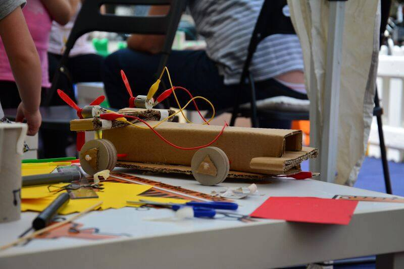 Tinkering Auto Innovation Day Pleiadi Science Farmer Educazione STEAM STEM scienza esperimenti laboratori imparare con le mani mostra interattiva progetto educativo infanzia adolescenti bambini eventi didattici scientifici